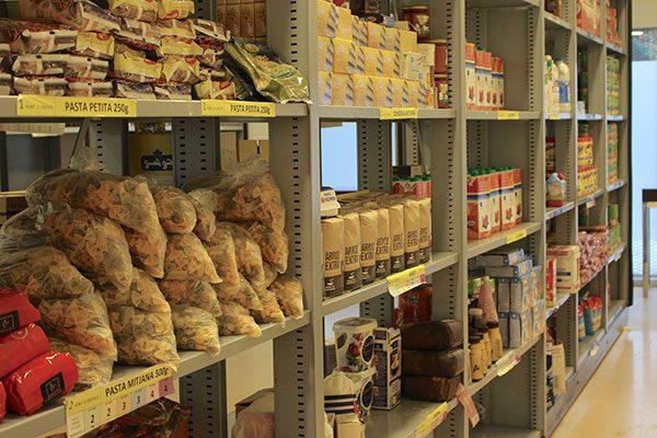 Prestatgeries amb menjar del Rebost Comunitari de la Fundació Roure