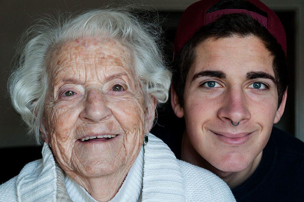 Persona gran amb noi jove, del projecte Viure i Conviure de Fundació Roure
